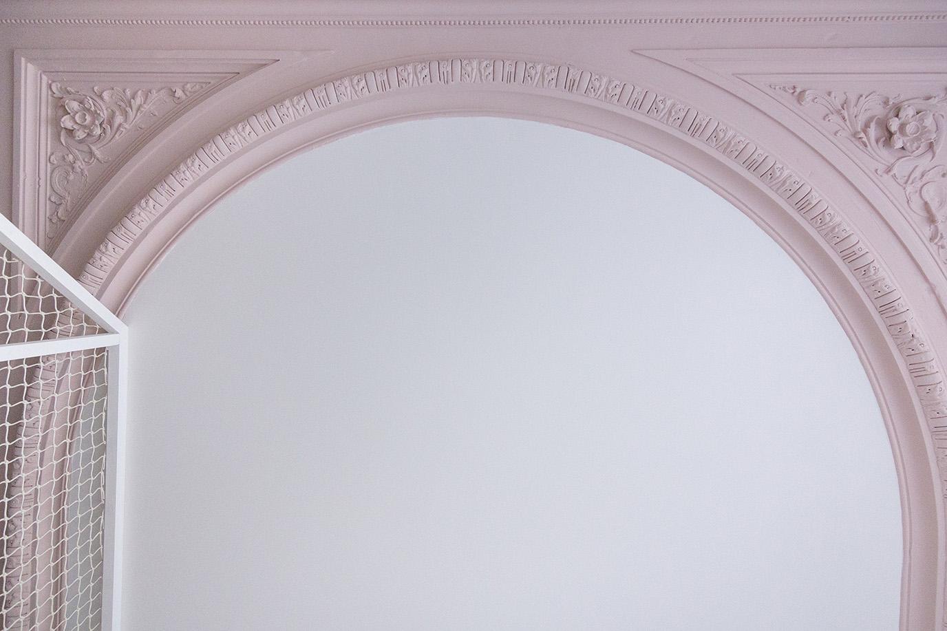Rénovation appartement haussmannien Paris - création mezzanine cabane chambre enfants - plafond et moulures en couleur - Architecte intérieur Paris - Studio Mariekke
