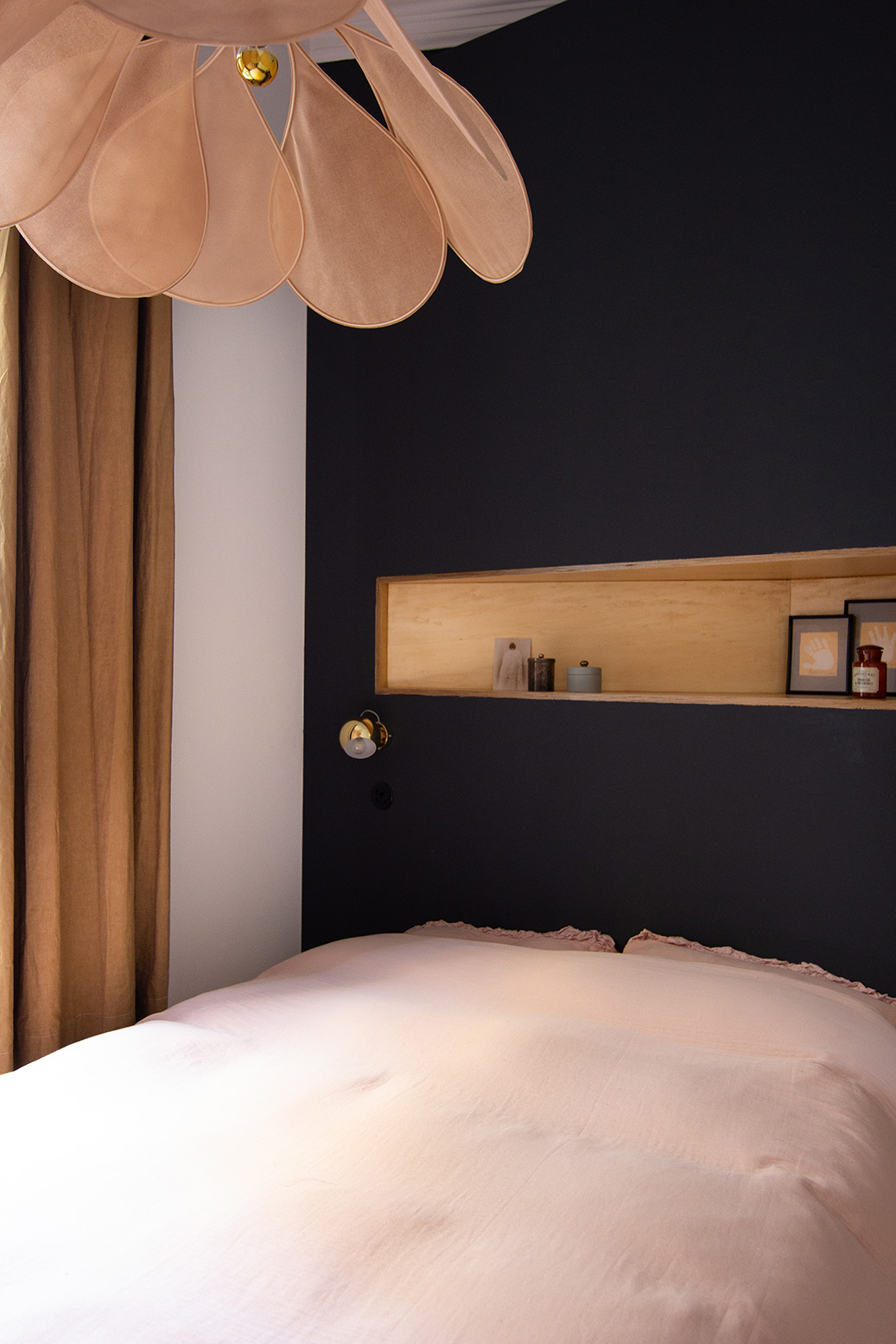 Rénovation appartement haussmannien - tête de lit gris carbone - suspension Pale de Georges Store - Architecte intérieur Paris - Studio Mariekke