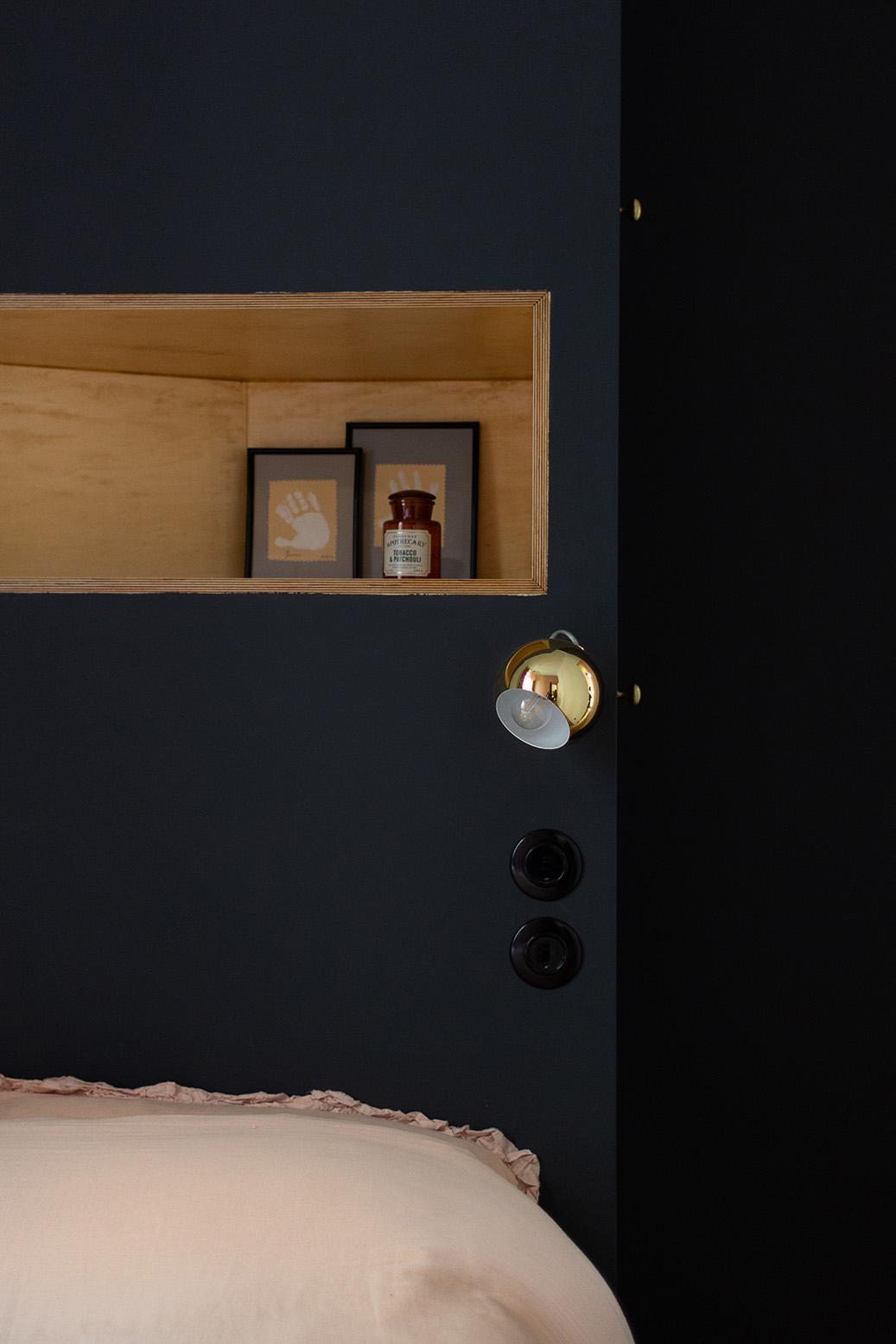 Rénovation appartement haussmannien - tête de lit gris carbone - Architecte intérieur Paris - Studio Mariekke