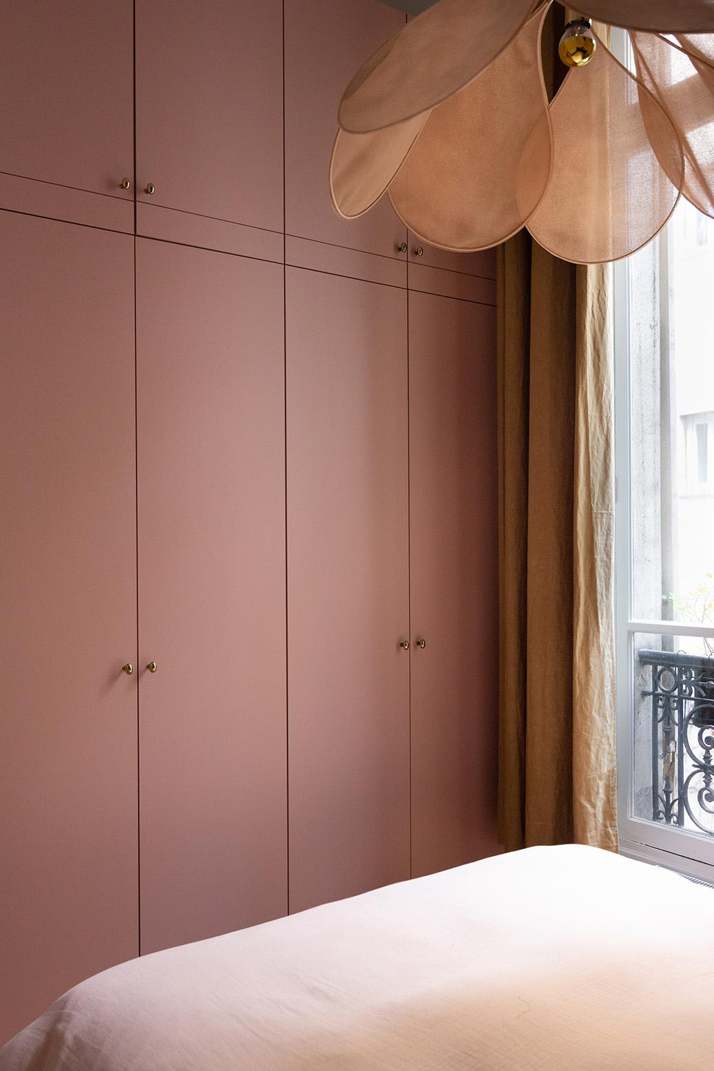 Rénovation appartement haussmannien - dressing sur-mesure toute hauteur- rose nude - Architecte intérieur Paris - Studio Mariekke