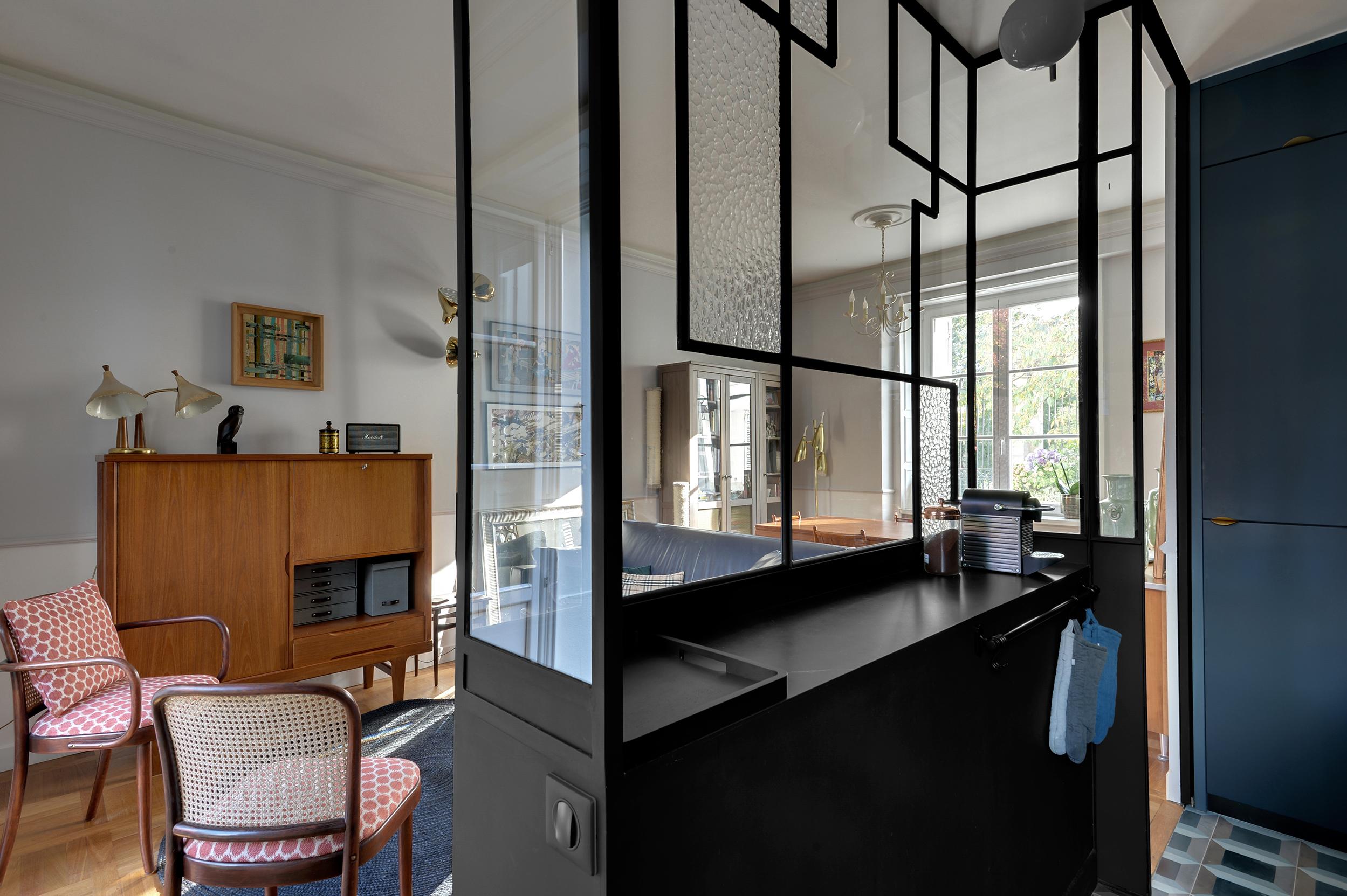 Rénovation Art Déco - Verrière art déco - cuisine bleu et noir - Architecte intérieur Paris - Studio Mariekke