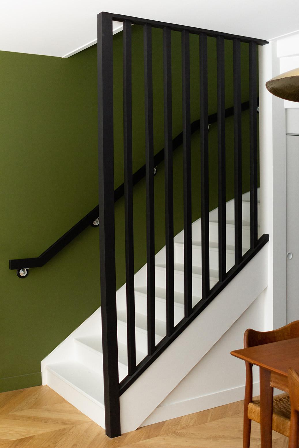 Rénovation haussmannien - garde-corps escalier noir - mur Bancha Farrow & Ball - Architecte intérieur Paris - Studio Mariekke