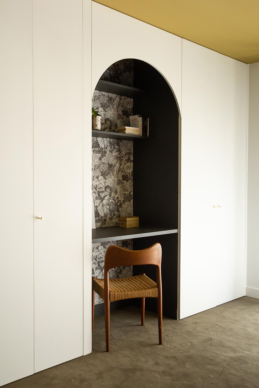 Rénovation haussmannien - Chambre avec moquette et bureau alcôve - Architecte intérieur Paris - Studio Mariekke