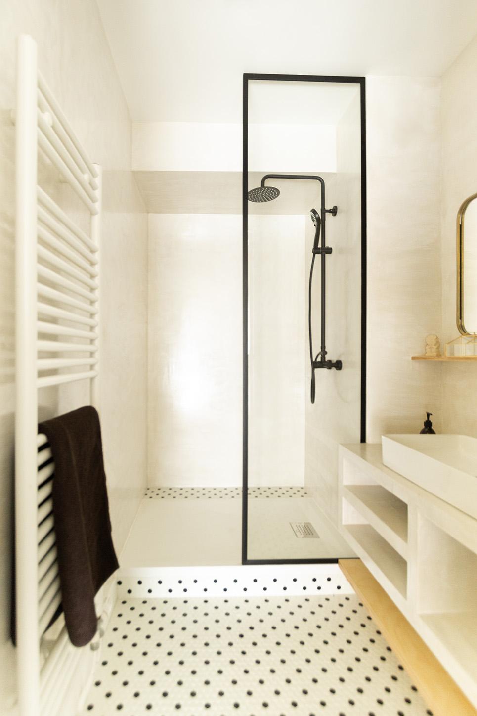 Rénovation haussmannien - salle-de-bain béton ciré et mosaïque - Architecte intérieur Paris - Studio Mariekke