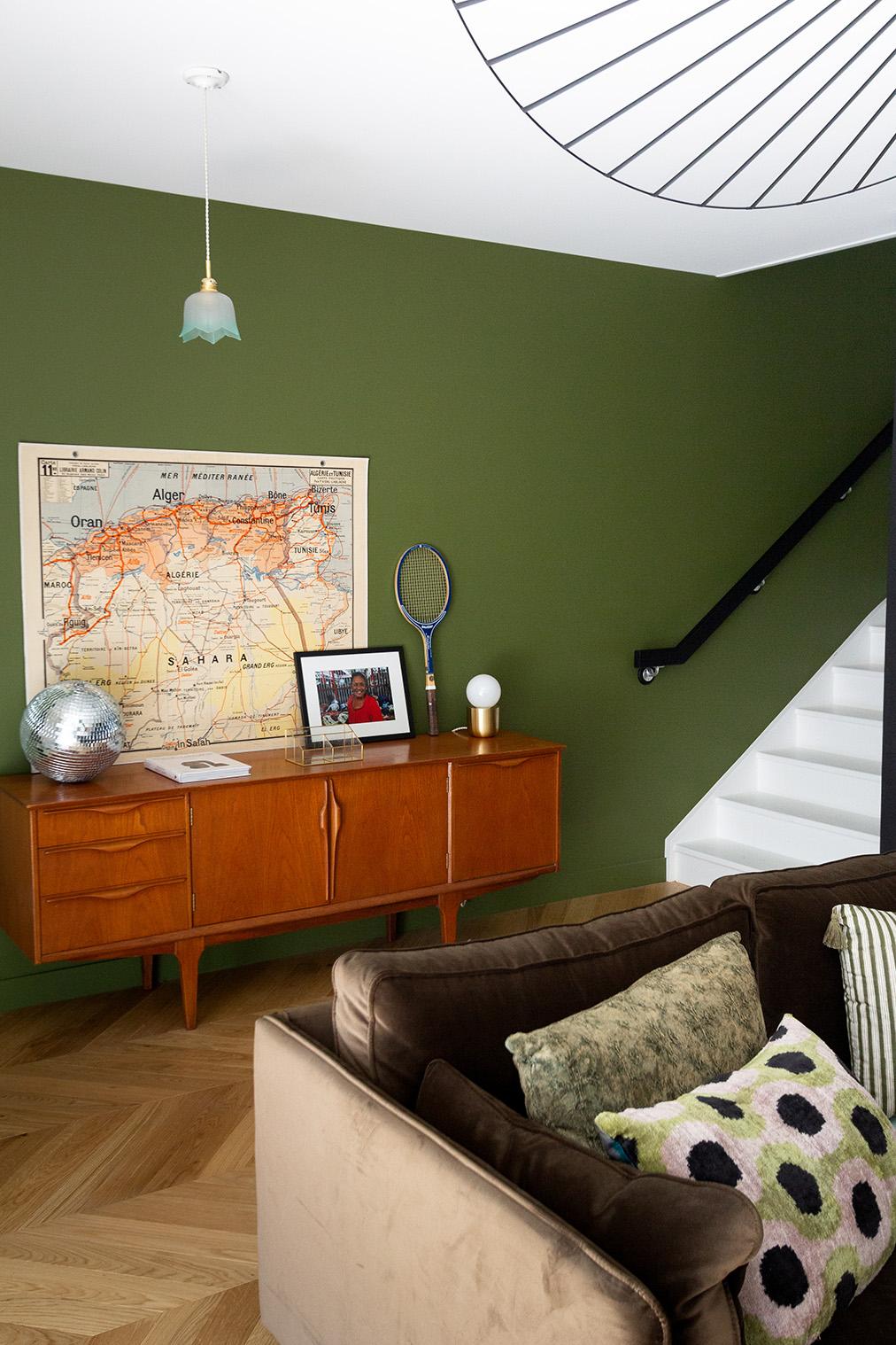 Rénovation haussmannien - meuble chiné et vert Bancha de Farrox & Ball - Architecte intérieur Paris - Studio Mariekke