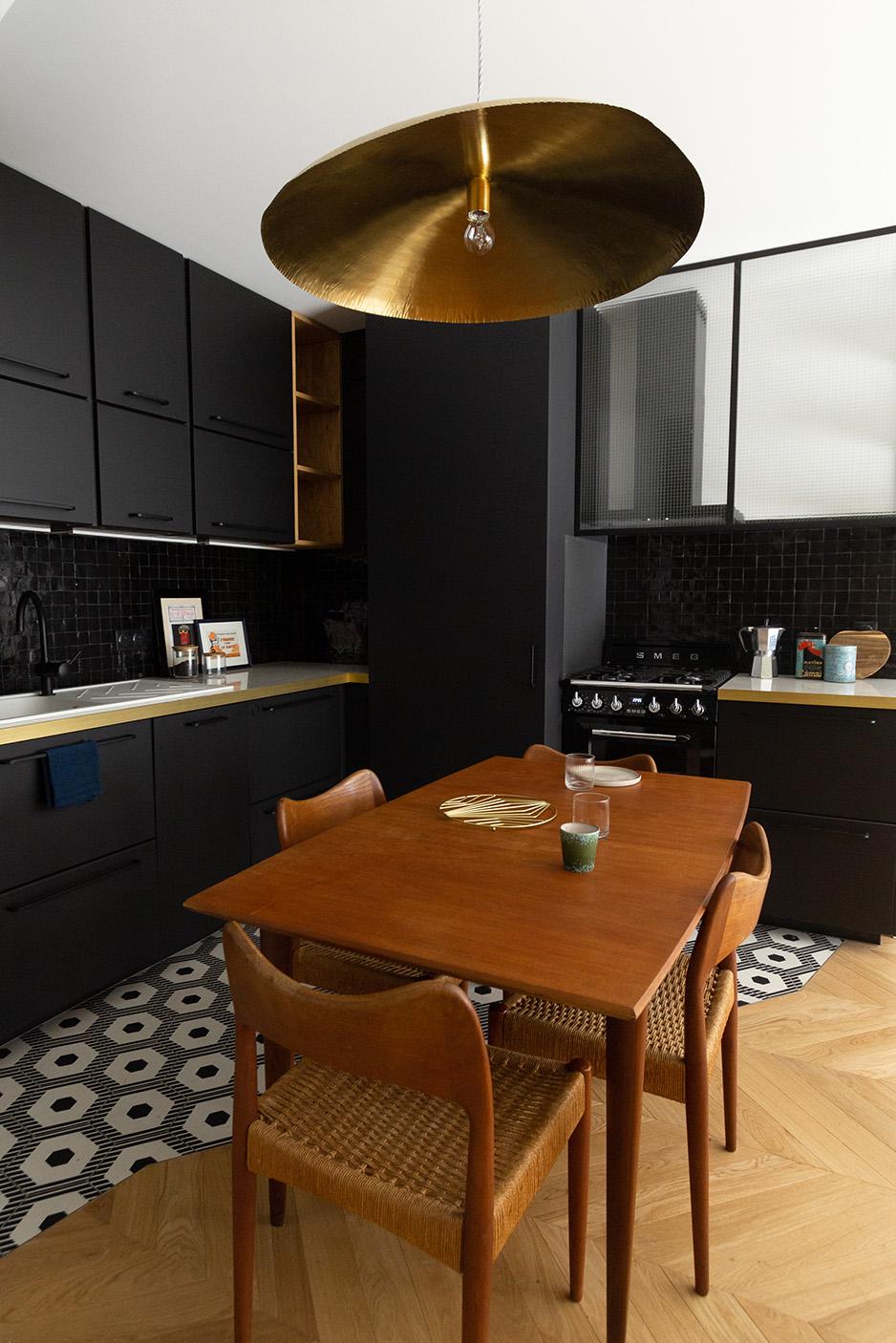 Rénovation haussmannien - cuisine noire, laiton et zelliges - meubles chinés - Architecte intérieur Paris - Studio Mariekke