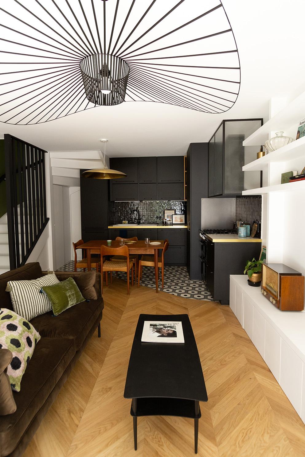 Rénovation haussmannien - cuisine noire, laiton et zelliges - Architecte intérieur Paris - Studio Mariekke