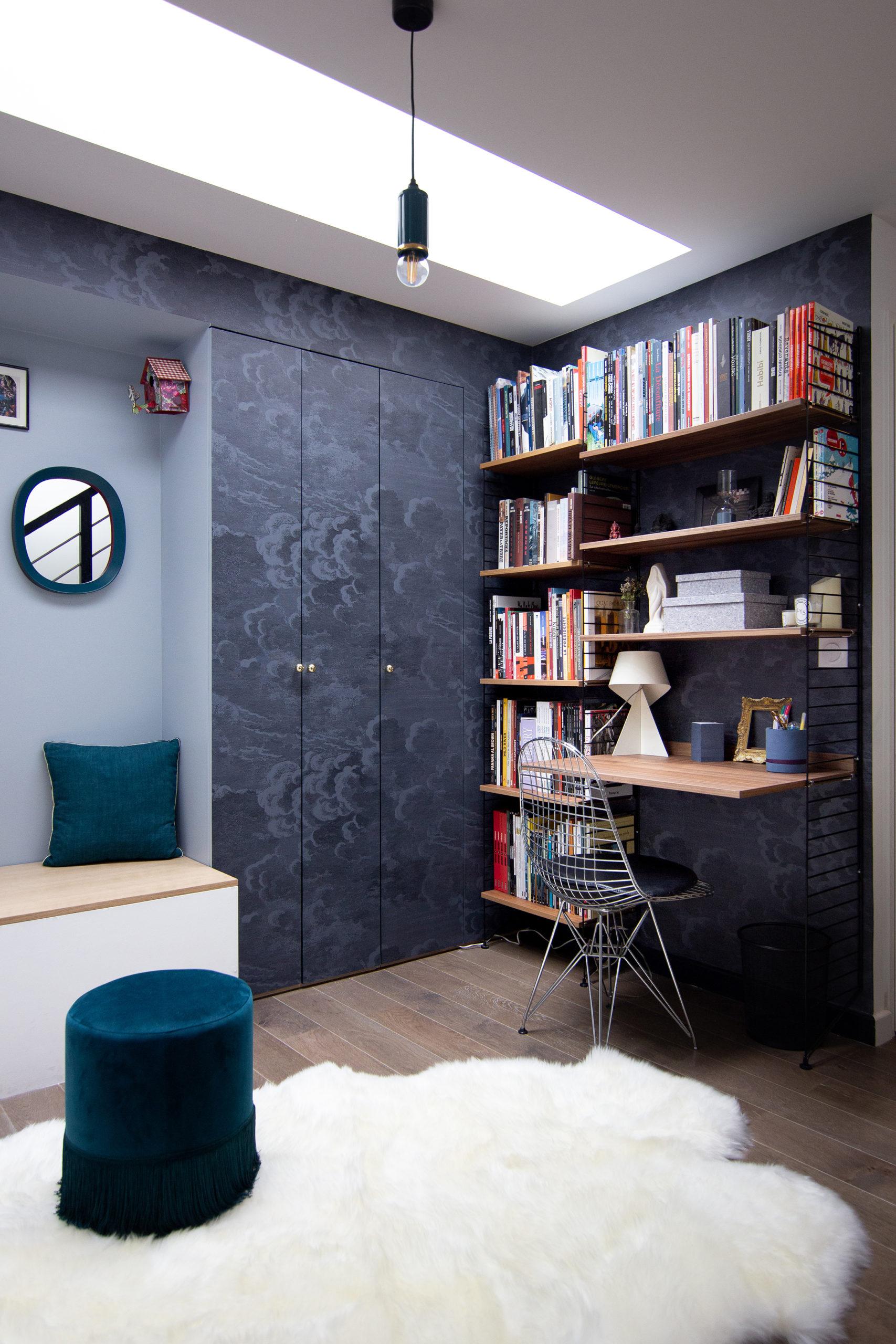 Banquette entrée en couleur et papier-peint - Architecte d'intérieur Studio Mariekke - Paris