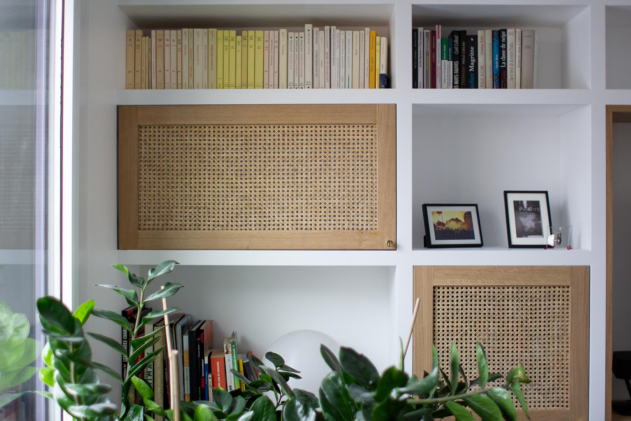 Bibliothèque maçonnée, bois et cannage - Architecte d'intérieur Studio Mariekke - Paris
