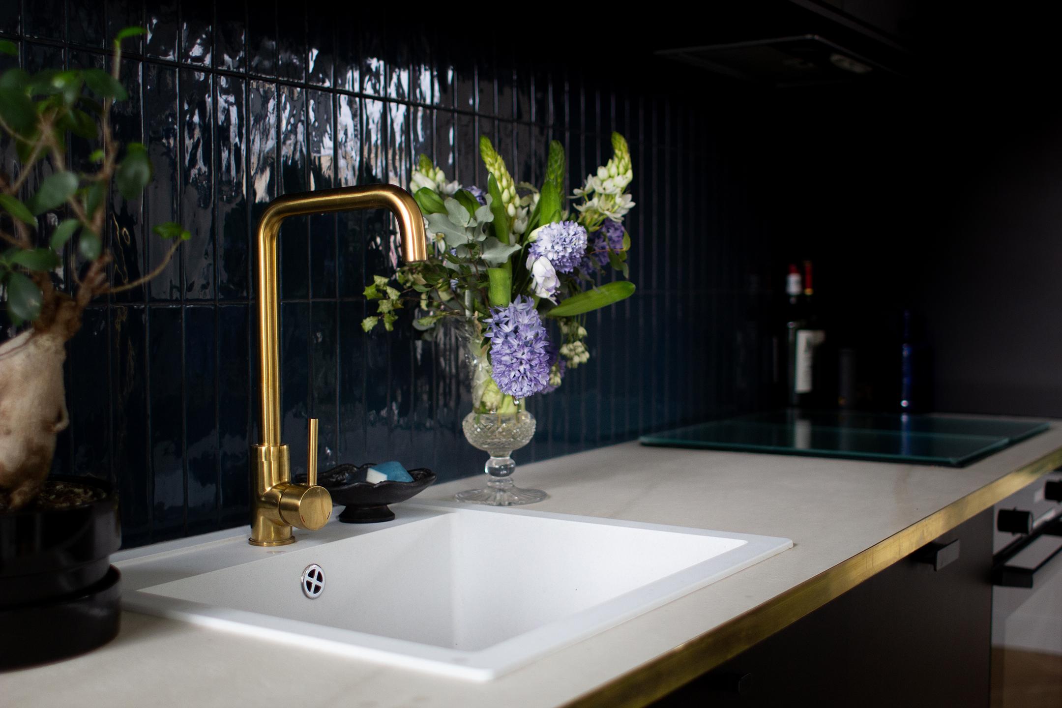 Cuisine noire, laiton et bleu foncé - Architecte d'intérieur Studio Mariekke - Paris