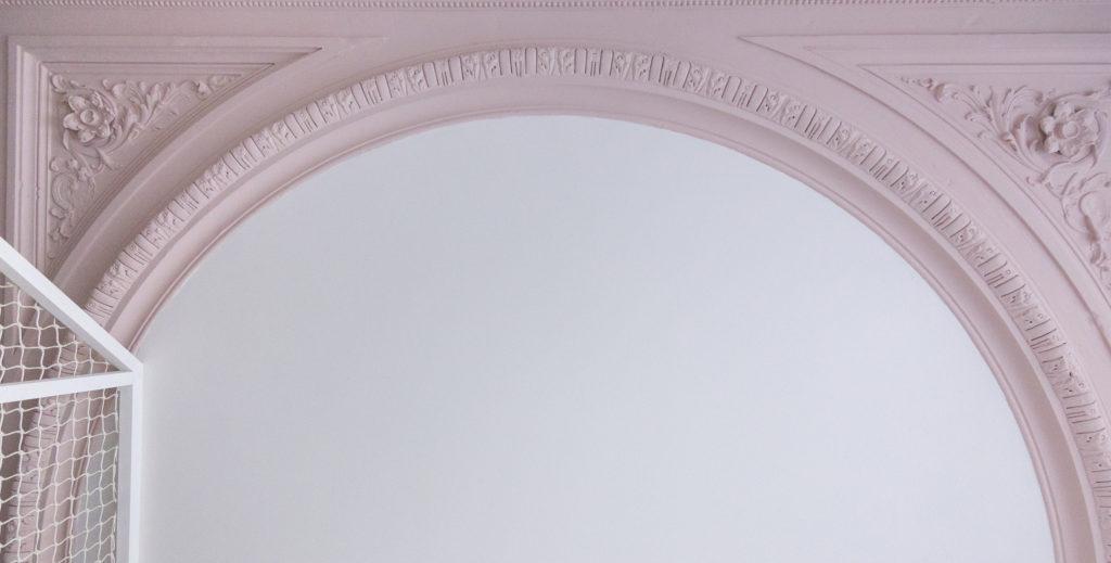 Plafonds et moulures de style Haussmannien en couleur - Architecte d'intérieur Studio Mariekke - Paris