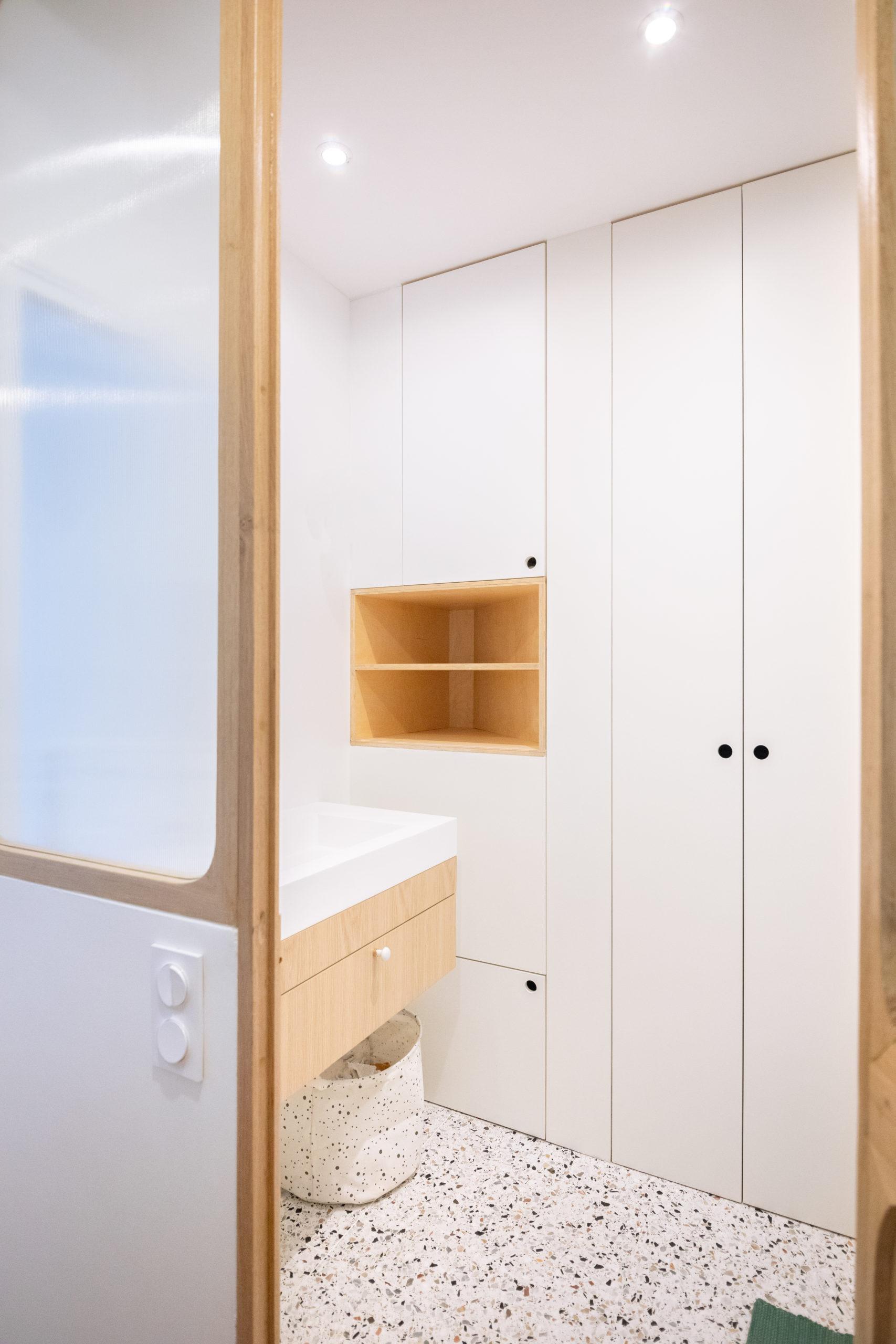 Salle-de-bains bois et terrazzo - Architecte intérieur Studio Mariekke - Paris