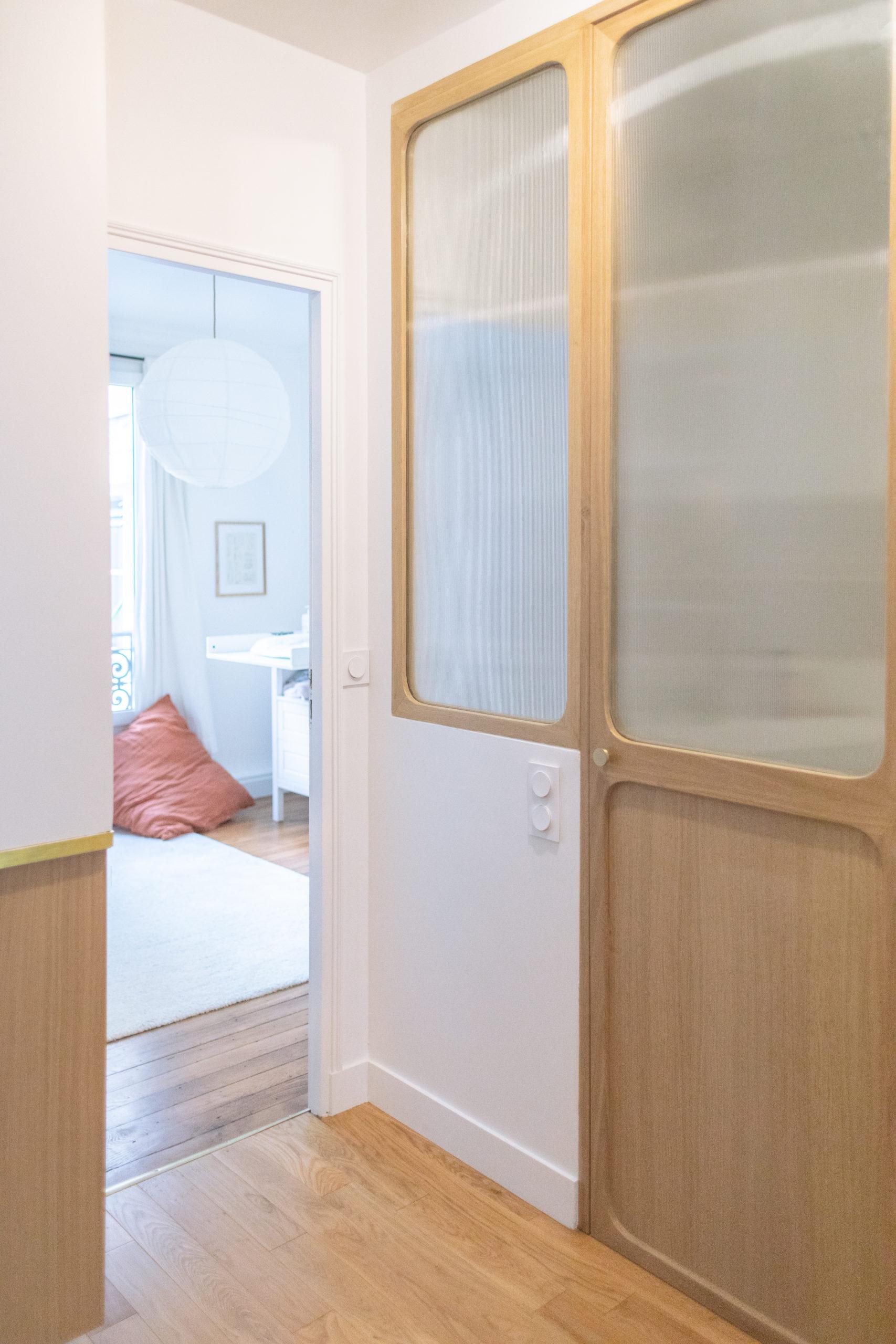 Verrière en bois et verre cannelé - architecte intérieur Studio Mariekke - Paris